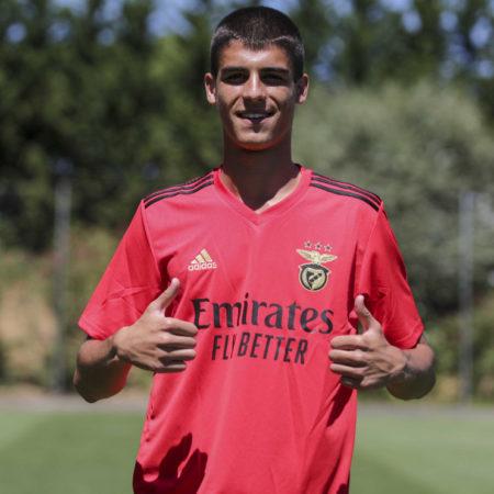 SL Benfica contrata defesa central búlgaro de 16 anos