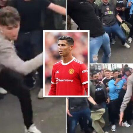 Cristiano Ronaldo é enxovalhado pelos adeptos do Aston Villa em Old Trafford depois da derrota do Manchester United